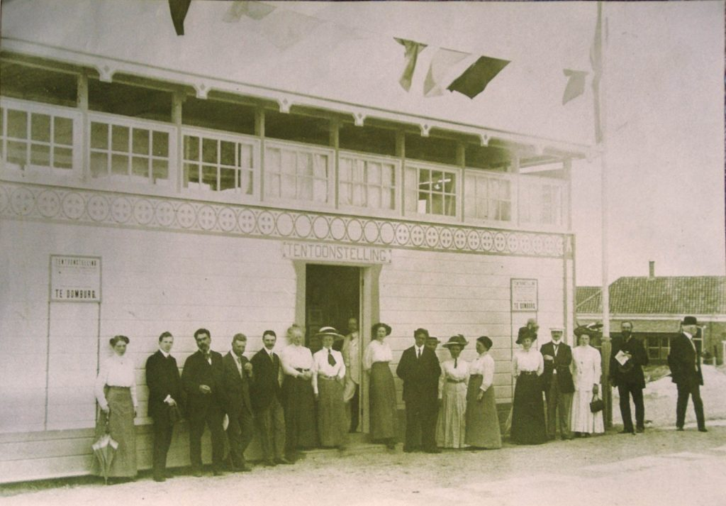 The Art Hall in Domburg at the opening of the first so-called Domburgsche Tentoonstelling in 1911, with participants and guests.