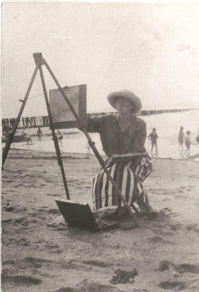 Maurice Góth's daughter Sárika Góth, also an artist, working on the Domburg Beach, ca. 1920.